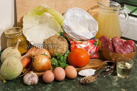 Подготовим заранее концентрированный бульон из молодой баранины. Выставим остальные необходимые для лагмана продукты: муку, яйца, мясо, лук, чеснок, помидор, морковь, редьку японскую арбузную, сельдерей корневой, жёсткие части листьев капусты белокочанной, растительное масло, соевый соус, соль и все специи.