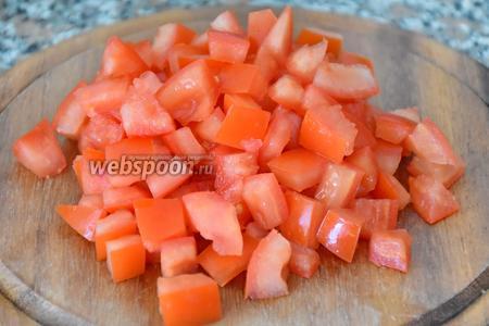 5 помидор нарезать кубиками.