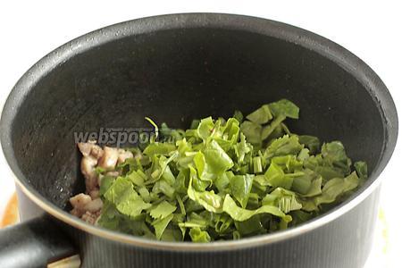Добавить шпинат к готовому мясу, перемешать пару раз и убрать с огня. Поперчить (1 г), посыпать сухим базиликом (1 г), соль по вкусу.