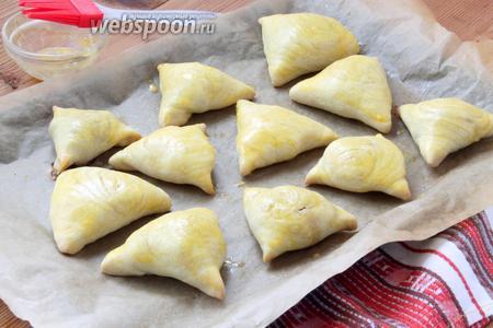 Почти готовую самсу смазываем 1 взболтанным яичным желтком или маслом (по желанию), возвращаем в печь ещё на 3-5 минут.