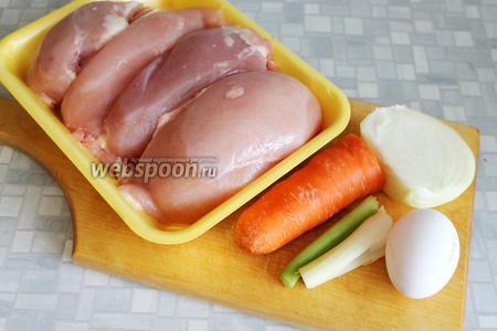 Для приготовления блюда взять куриные грудки, лук, сельдерей, морковь, яйцо, соль, молоко, хлеб, масло.