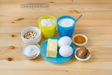 Для приготовления медовых и слоёных коржей мне понадобились 2 яйца, 0,5 стакана сахара, 1,5 ст.л. мёда, мука (2 и 1,5 стакана), сода (1 ч. л.), а также молоко (90 и 30 мл) и 150 г маргарина. Для крема я использовала жирные сливки, сахарную пудру, варёную сгущёнку, а также арахис.