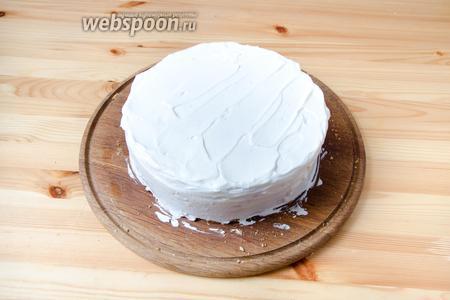 Покрываем бока и верх торта взбитыми сливками.