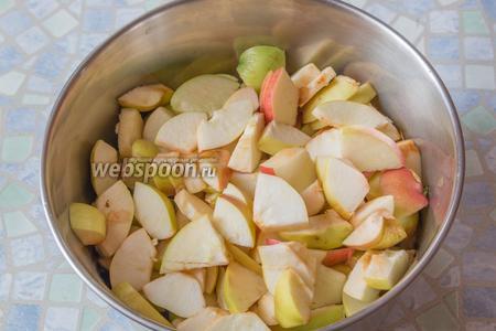 Не теряя времени, порежем помельче наши яблочки, переложим в кастрюлю.