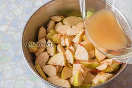 Выливаем в яблоки отжатую из сердцевинок жидкость.