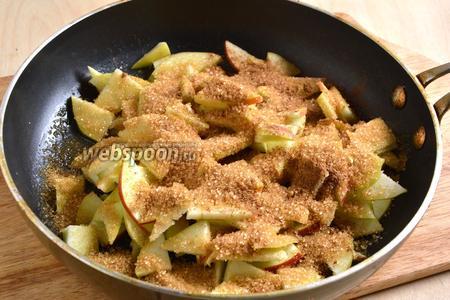 Растопите в сковороде 30 г сливочного масла, выложите яблоки, сахар (5 ст. л.) и посыпьте корицей (2 ч. л.).