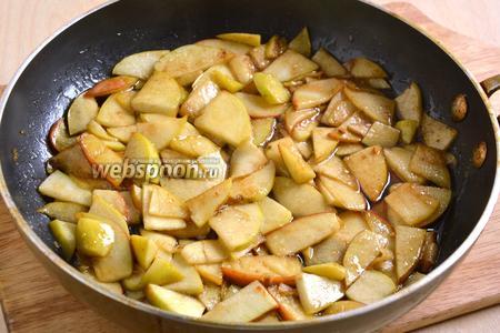 Готовьте начинку на небольшом огне до тех пор, пока яблоки не станут мягкими и не покроются карамельным соусом.