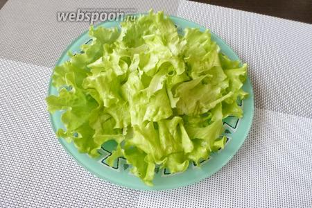 Теперь собираем салат. Листья салата (3 штучки) крупно нарвём и выложим на тарелку.