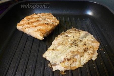 Приготовим рыбу на сковороде гриль. Жарим по 2-3 минуты с каждой стороны.