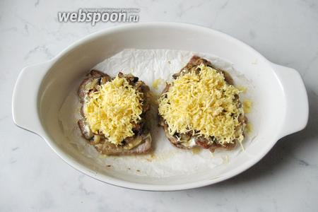 После достать отбивные из духовки и посыпать тёртым сыром. Опять поставить в духовку на 3-4 минуты, пока сыр не расплавится.