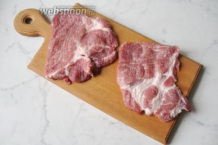 Свиной ошеек (300 г) разрезать на стейки, помыть, обсушить и отбить.