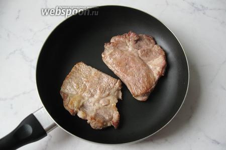 Мясо посолить и поперчить по вкусу. Выложить на горячую сковороду с подсолнечным маслом (30 мл). Обжарить с обеих сторон по 3-4 минуты до лёгкой румяной корочки.