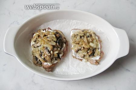 На каждую отбивную выложить грибы с луком. Поставить форму с мясом в духовку, разогретую до 190-200°С, на 15-20 минут.