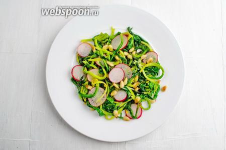 Тёплую черемшу выложить на тарелку. Украсить орешками и дольками редиса. Подавать как самостоятельное блюдо к обеду.