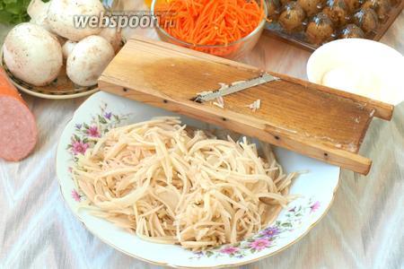 Почистить картофель (3 штуки) и натереть его на корейской тёрке.