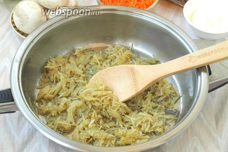 Разогреть 35 мл подсолнечного масла и обжарить в нём картофель, постоянно помешивая, чтоб не пригорел, в конце посолить (1 г). Картофель выложить на салфетки, чтоб убрать лишнее масло.