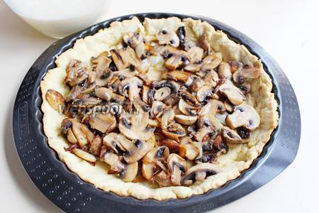 Вынуть тесто из духовки, снят груз, распределить обжаренные грибы.