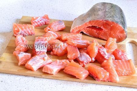 Рыбу, если у вас не филе (350 г), очистить от кожи и костей. Моя бабушка, при приготовлении с судаком, сначала его припускает на сковороде с небольшим количеством воды 2-3 минуты. А затем удаляет косточки. Так кости удалить легче. В моём случаем, я просто очистила сырую рыбу.