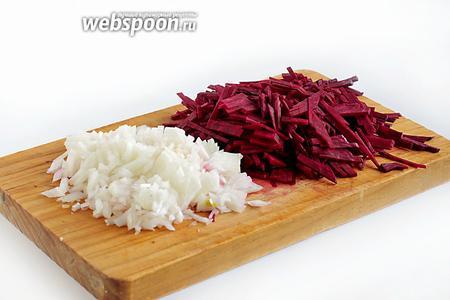 1 свёклу и 1 репчатый лук мелко нарезать острым ножом. Часть лука можно добавить в кастрюлю с грибами. Варить до мягкости грибов.