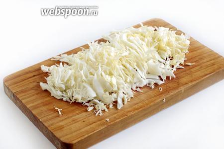 Тонко нарезать капусту (200 г).