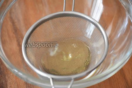 Яичный белок (2 шт.) размешать вилкой до однородного состояния и перелить через мелкое сито в миску.