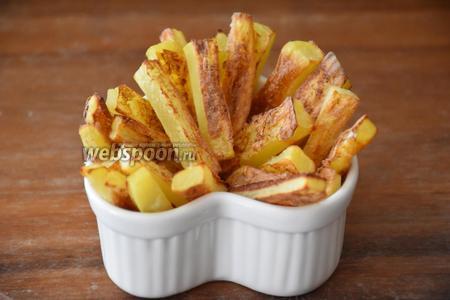 Выложить картофель на блюдо и посыпать солью по желанию. Я не добавляю соль для ребёнка, а посыпаю тёртым сыром Пармезан. Подавать сразу же! Приятного аппетита!