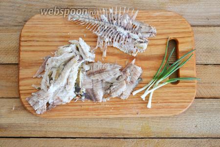 Из варёной рыбы удаляем кости.
