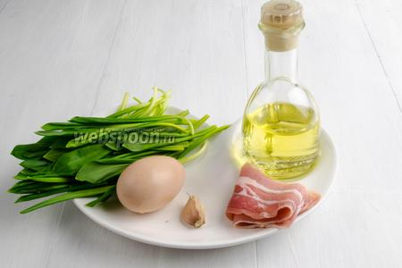 Чтобы приготовить вкусный завтрак, нужно взять яйцо, черемшу, сок лимонный, масло подсолнечное, чеснок, бекон, соль, перец.
