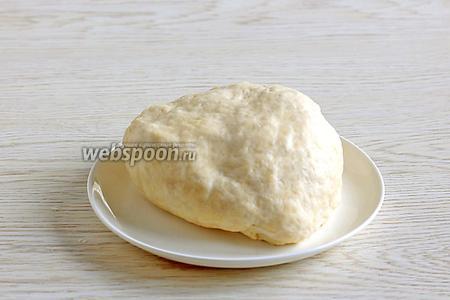 Смешать 150 мл воды, 35 мл масла и 2 щепотки соли. Добавить 240 г муки и замесить мягкое тесто. Тесто получается очень мягким, похожим на дрожжевое, не стоит забивать его мукой. Оно не липнет к рукам за счёт растительного масла. Накрыть тесто плёнкой и оставить на столе.