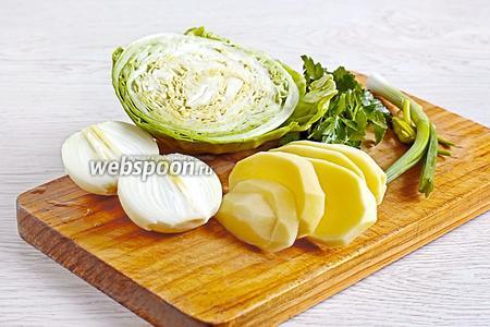 Очистить и нарезать все ововщи для начинки (200 г капусты, 1 луковицу, 1 картофелину). Нарезка должна быть самой мелкой. Это удобно делать очень острым ножом.