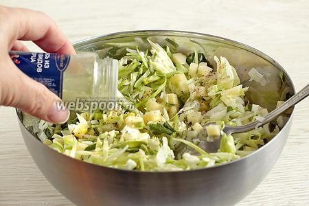 Смешать нарезанные овощи, зелень (1 перо лука, 6 веточек петрушки). Добавить соль по вкусу и 1 г перца, влить немного растительного масла (2 ст. л.). Хорошенько перемешать.