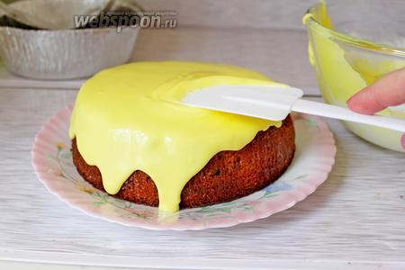 Готовый кулич вынуть, остудить и покрыть глазурью. Для приготовления глазури смешать 200 г сахарной пудры, 1 яичный белок, 1 ч. л. сока лимона и краситель пищевой (1 г).