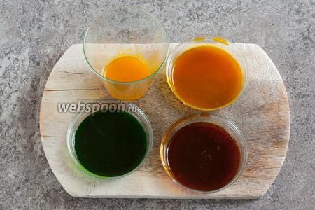 В выжатом лимонном соке растворяем 4 красителя, если они водорастворимые. Если для красителей жидкость не нужна, то лимонный сок вводим прямо в тесто.
