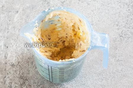 Вмешиваем к жидким компонентам муку (160 г), разрыхлитель (0,5 ч. л.), лимонную цедру и кондитерскую шоколадную посыпку (25 г).