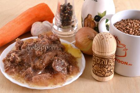 Подготовьте необходимые ингредиенты: гречневую крупу, лук, морковь, чеснок, тушёнку, соль, перец, растительное масло.