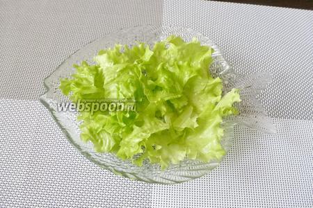 Собираем салат. На тарелку кладём крупно порванные листья салата (штук 5).