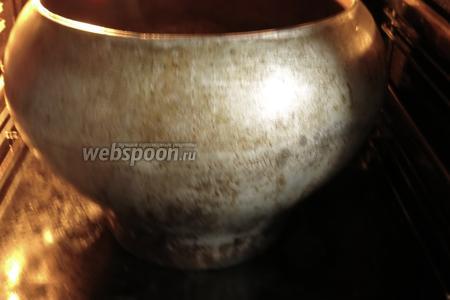 Ставим в разогретую до 180°С духовку. Если готовите в глиняной посуде, предпочтительнее поставить в тёплую духовку, нагревать постепенно.