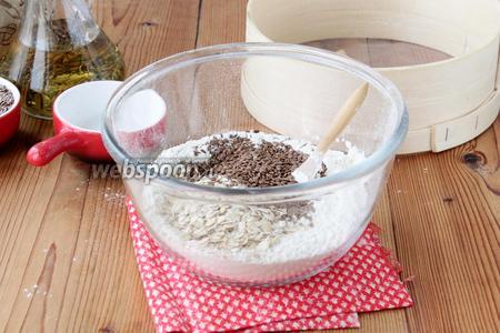 Закладываем наши добавки: сухую овсянку (4 ст. л.) и льняные семена (4 ст. л.), вливаем 30 мл рафинированного масла любого сорта, перетираем пальцами.