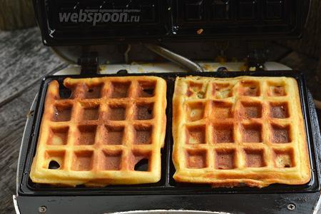 На горячую вафельницу, хорошо смазанную подсолнечным маслом, порционно выкладывать тесто. Жарить до готовности вафель. На это уйдёт приблизительно 5 минут.