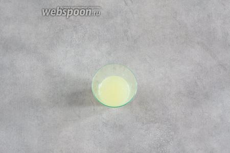 Выжимаем сок из 1/2 лимона.