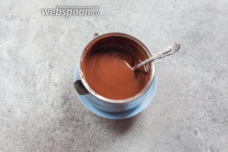 Примерно за 20 минут до начала планируемых дальнейших работ, растапливаем на водяной бане шоколад.