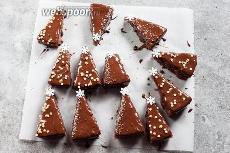 «Наряжаем» ёлочку, как кому нравится — можно нарисовать веточки или снежинки белым шоколадом или посыпать кокосовым «снегом». Я использовала серебристые бусины, золотистые звёздочки и по вафельной звезде-снежинке на каждую верхушку.
