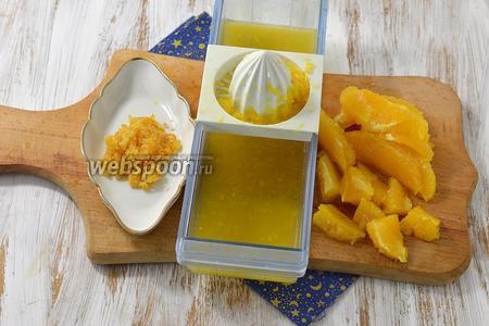 Тем временем апельсины хорошо помыть. Из 1 апельсина выжать сок, снять цедру и растереть её с 3 столовыми ложками сахара. 2 апельсина очистить, филировать и нарезать мякоть на кусочки.