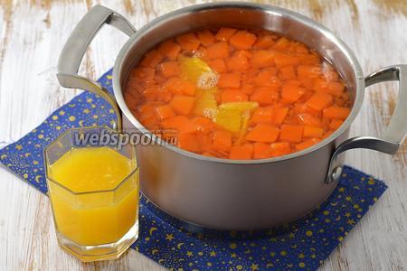В проваренную тыкву выложить кусочки апельсинов и проварить 5 минут. Влить апельсиновый сок и проварить ещё 2-3 минуты. Сладость компота вы можете регулировать по своему вкусу.