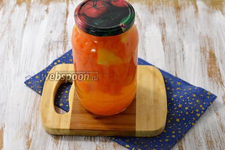 Кипящий компот разлить в стерилизованные банки и закрыть стерилизованными крышками. Компот из тыквы с апельсином на зиму готов.