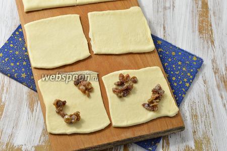 На каждый квадрат выложить небольшое количество начинки. Выкладывайте начинку, учитывая то, где будут находиться квадраты теста в ячейках вашей бутербродницы.