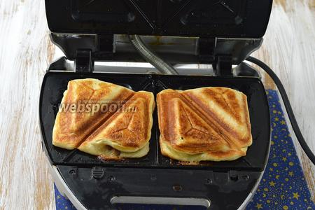 Закрыть крышку и готовить до золотистого цвета. На это, в среднем, уходит 4 минуты (регулируйте время, учитывая особенности работы вашей бутербродницы).
