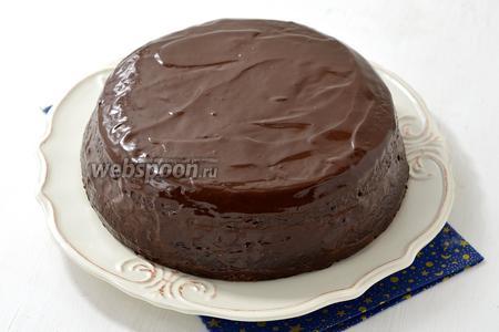Тёплую глазурь вылить на поверхность торта, разровнять. Поставить в холодильник для пропитки минимум на 3 часа.