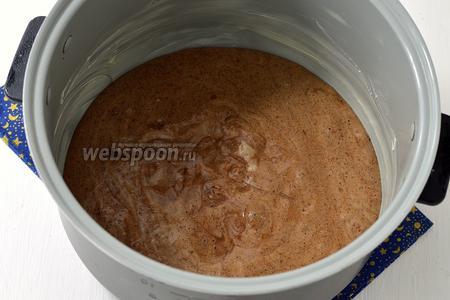 Чашу мультиварки слегка смазать сливочным маслом (5 г) и выложить тесто в чашу мультиварки (у меня мультиварка Полярис).
