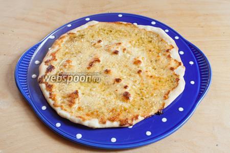 При температуре 250°С на шамотном камне, прокалённом на протяжении 30 минут в верхней трети духовки, эта пицца выпекается 5 минут, до начала покоричневения Моцареллы и 7 минут — до начала покоричневения краёв теста.